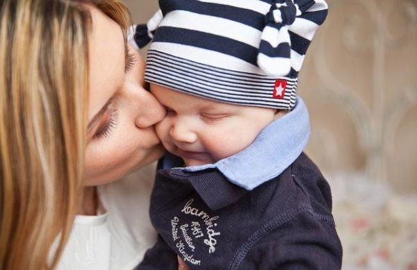 juegos-de-cuidar-bebes-bebe-gorro-de-rayas-blancas-negras