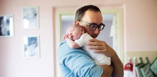 Como acabar con el reflujo de los bebes hombro