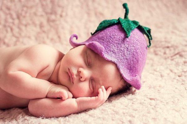 que-es-la-prueba-del-talon-bebe-gorrito-morado