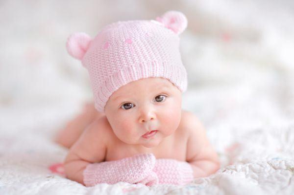 cuanto-ve-un-recien-nacido-gorro-rosa-orejitas-istock