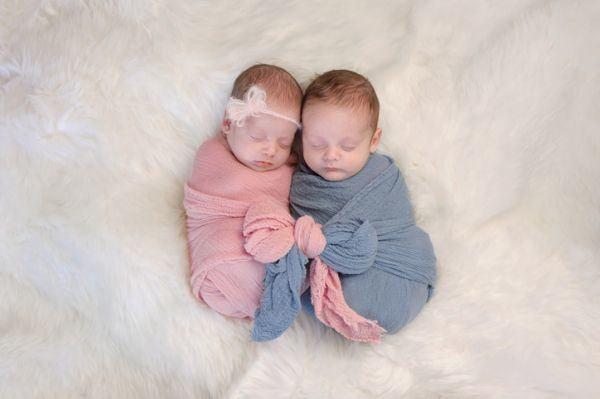 diferencias-entre-gemelos-y-mellizos-dos-bebes-nina-nino-istock