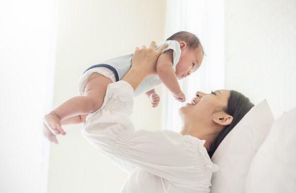 nombres-japoneses-para-bebe-nina-y-mama-juegan-istock