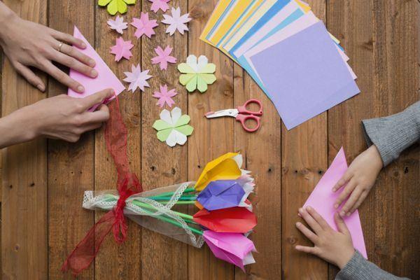 manualidades-para-el-dia-del-medio-ambiente-flores-origami-istock