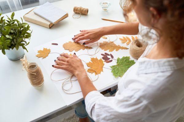 manualidades-para-el-dia-del-medio-ambiente-hojas-colgantes-istock