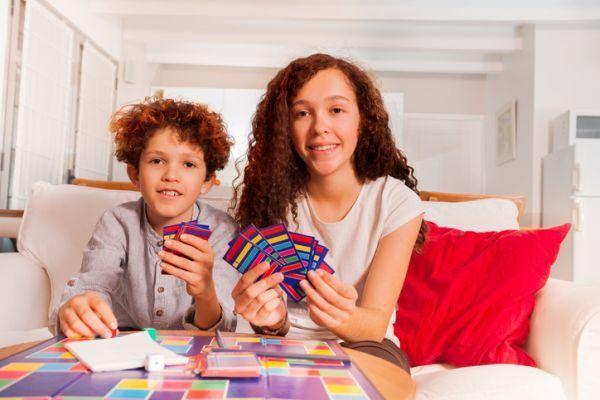 mejores-juegos-de-mesa-para-ninos-cartas-istock