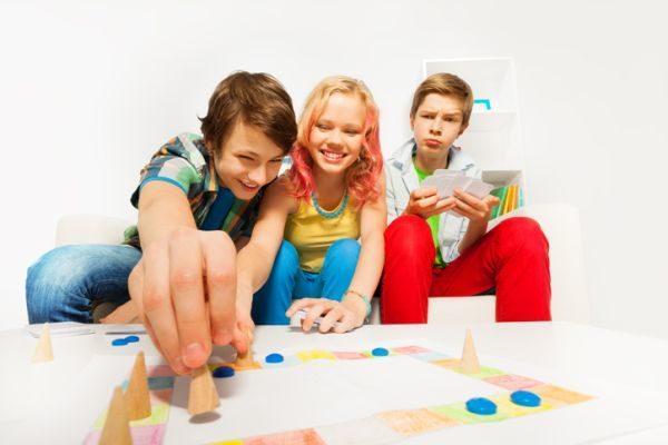 mejores-juegos-de-mesa-para-ninos-jugando-istock
