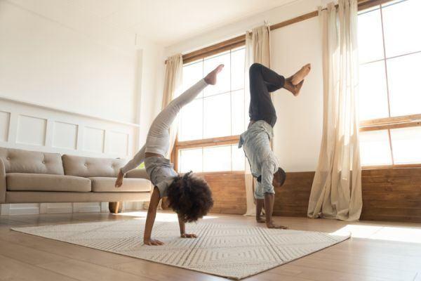 rutina-de-ejercicio-con-ninos-madre-e-hija-salon-estiramiento-istock