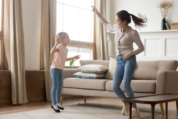 rutina-de-ejercicio-con-ninos-madre-e-hija-salon-saltando-istock