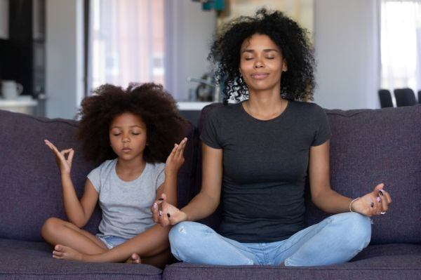rutina-de-ejercicio-con-ninos-madre-e-hija-salon-yoga-istock
