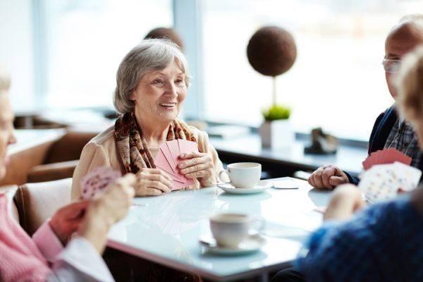ideas-para-entretener-a-personas-mayores-en-casa-cartas-istock