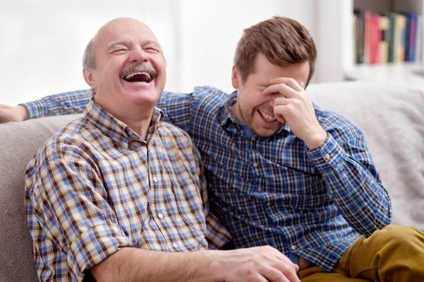 ideas-para-entretener-a-personas-mayores-en-casa-hombres-riendo-istock