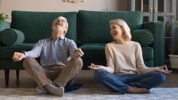 ideas-para-entretener-a-personas-mayores-en-casa-yoga-istock