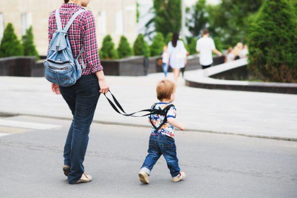 arnes-para-bebes-nino-y-madre-en-la-calle-istock