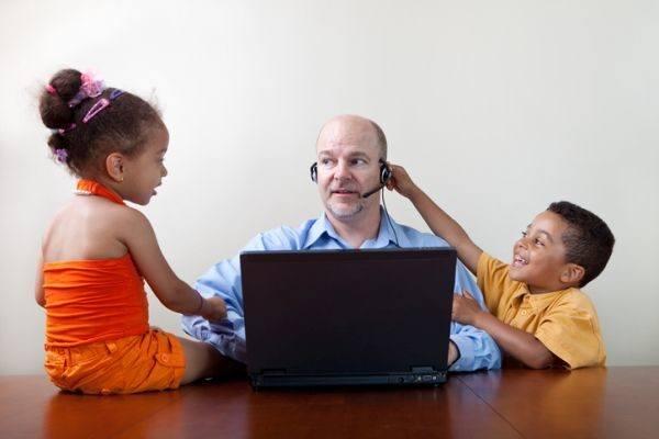 con-quien-dejar-a-los-ninos-coronavirus-padre-trabajando-con-ninos-istock