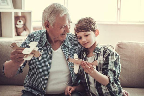 manualidades-para-el-dia-de-los-abuelos-aviones-istock
