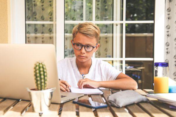 la-regla-de-las-5c-para-que-los-ninos-estudien-en-casa-con-ordenador-istock