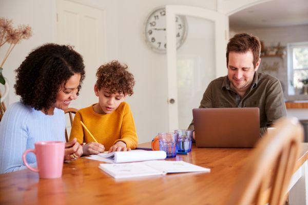 la-regla-de-las-5c-para-que-los-ninos-estudien-en-casa-nino-estudia-con-padres-istock
