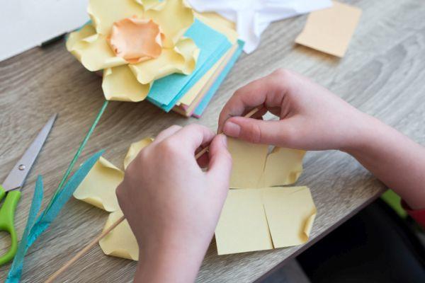 Manualidades para niños dia del árbol con flores de papel