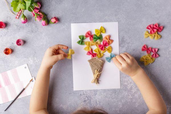 Manualidades para niños dia del árbol con flores de pasta coloreada