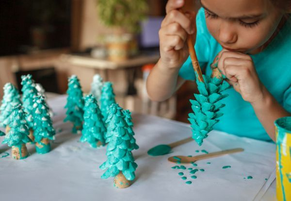 Manualidades para ninos dia del arbol pino de rollo de cartón pintado