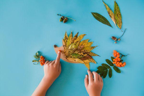 Manualidades para niños para el día del árbol con puercoespin de hojas