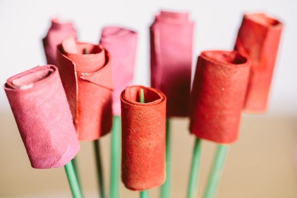 Manualidades para niños dia del árbol con ramo de rosas con rollos de papel