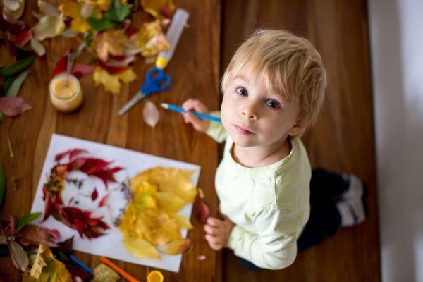 Manualidades para niños dia del árbol retrato con hojas