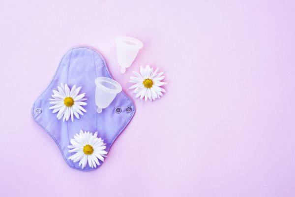 Copa menstrual y flores