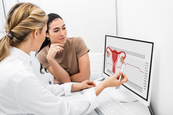 Ginecologa explicando ciclo menstrual