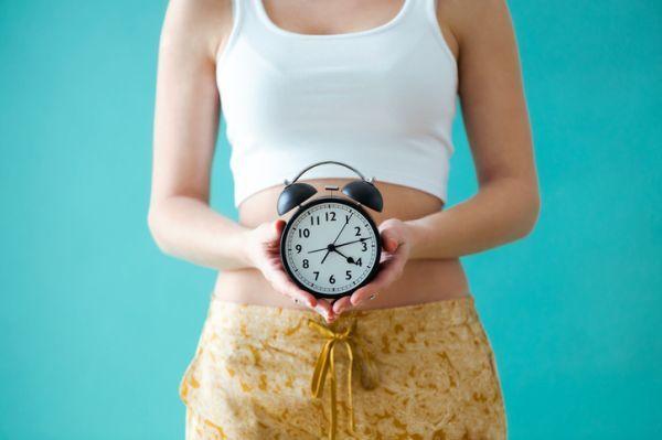 Mujer mostrando reloj