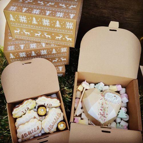 Caja con dulces y mensaje de embarazo
