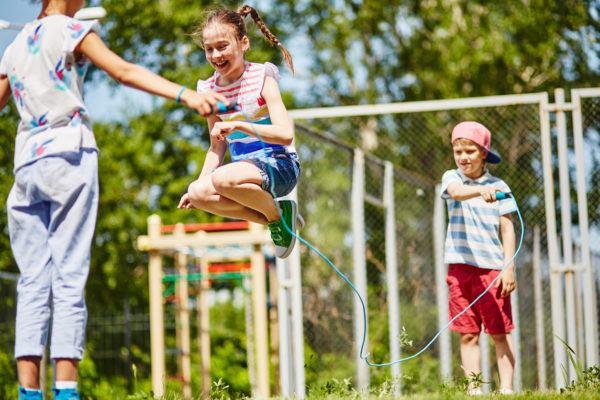 Juegos verano niños saltar comba