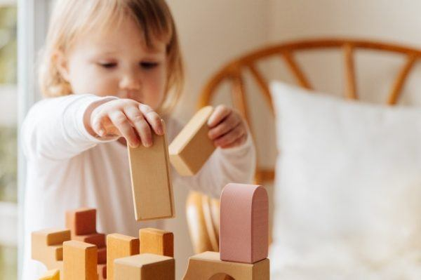 Niño jugando con piezas