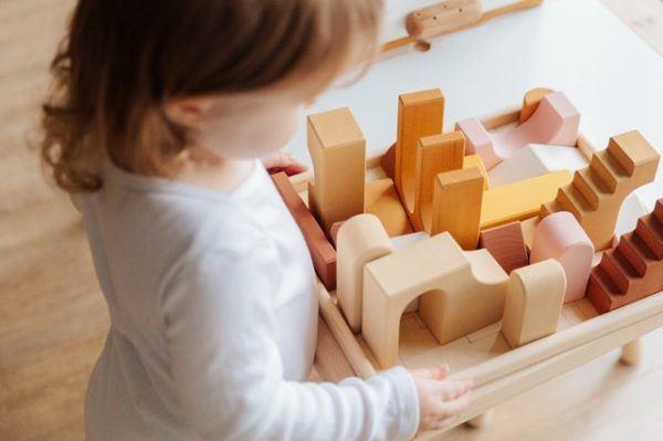 Niña con piezas de madera