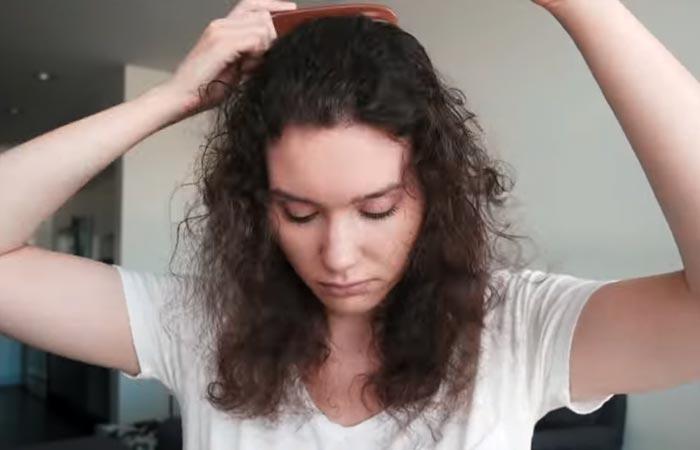 Peina tu cabello para deshacerte de los nudos y los enredos