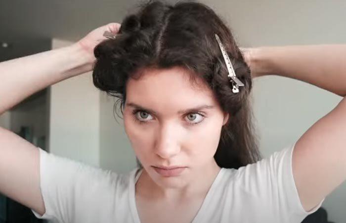 Divide el cabello en tres secciones y sujétalas con pinzas de mariposa