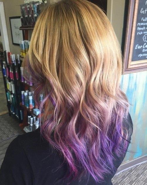 Ondas rubias en capas con puntas moradas ombré - Corte de pelo en V para cabello largo