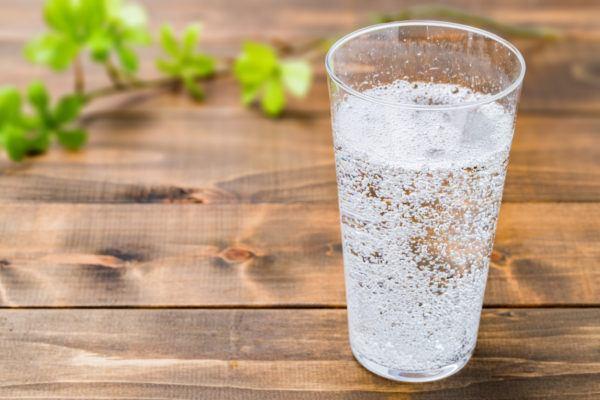 Comidas para aliviar nauseas durante el embarazo  agua con gas