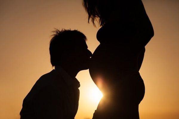 gran-demanda-de-parto-entrenadores-doulas-hombre-besa-vientre