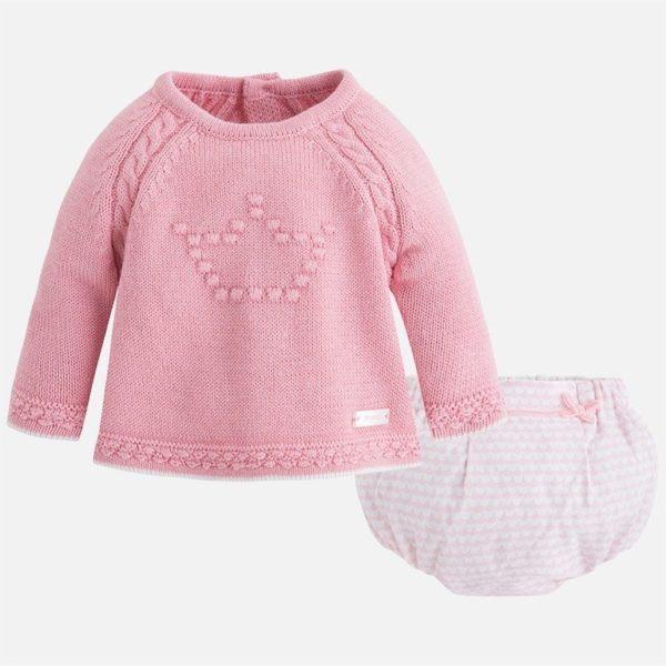 1688a14f6 Complementa el conjunto el gracioso bombacho con estampado a rayas en rosa  a juego con el jersey y adornado con unos elegantes lazos rosas laterales  ...