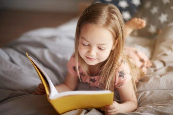 10 trucos para hacer que nuestros hijos se interesen por la lectura niña