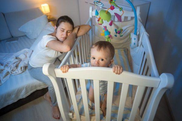 Otros metodos famosos para hacer que el bebe duerma metodo tracy hogg cerca de la cuna