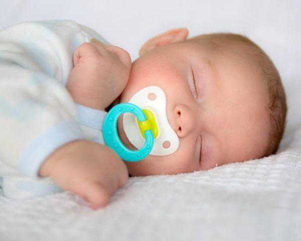 Otros metodos famosos para hacer que el bebe duerma metodo tracy hogg chupete