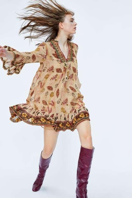 6704be7b0 Este vestido de estilo romántico o hippie podéis encontrarlo en diferentes  colores. Llama la atención la vitalidad del estampado