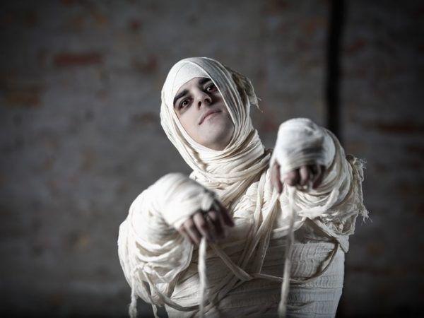 Como disfrazarse de La Momia The Mummy para ninos paso a paso manchas de pintura