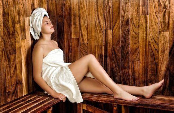 amenorrea-que-es-mujer-en-sauna