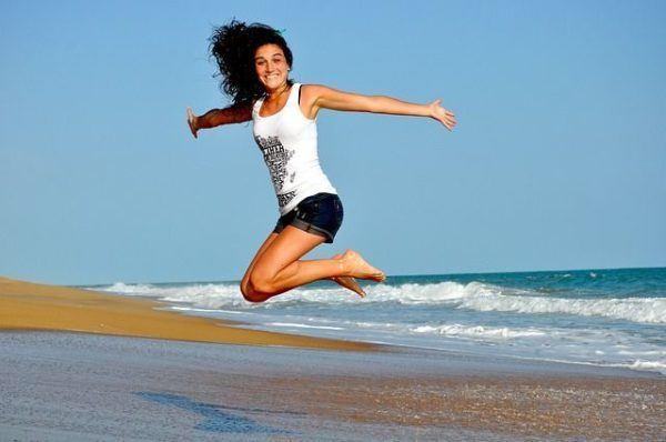 amenorrea-que-es-mujer-saltando-playa
