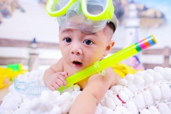 mejores-nombres-arabes-ninos-y-significado-bebe-gafas-de-buzo