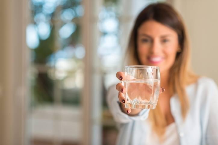 Como quitar el hipo a un bebe agua