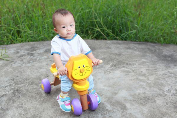 que-regalarle-a-un-bebe-de-un-ano-triciclo-istock